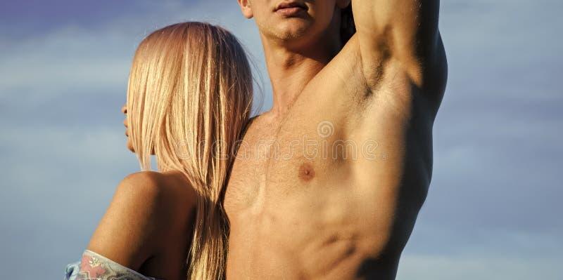 jealousy Mulher com o cabelo louro que está na caixa masculina muscular fotos de stock royalty free