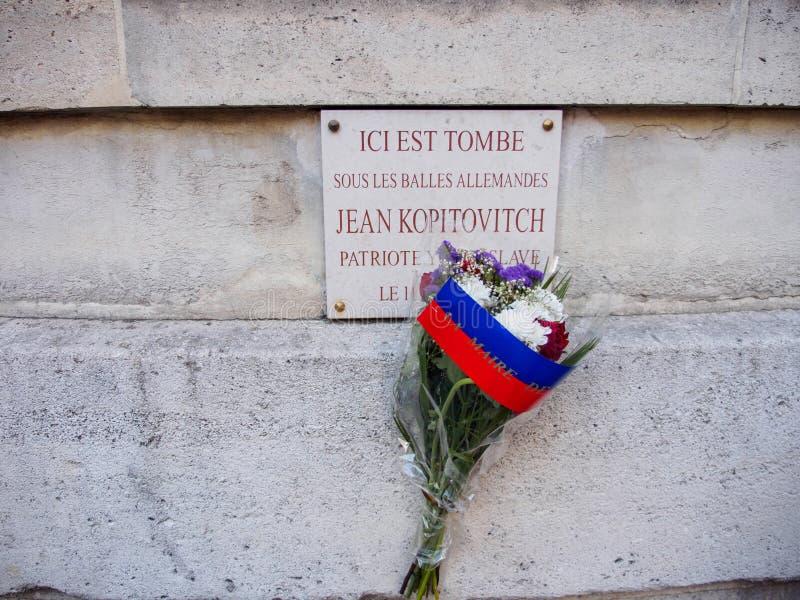 Jean Kopitovitch, veteraanplaque met bloemen, V-E Day, Parijs, Frankrijk stock afbeeldingen