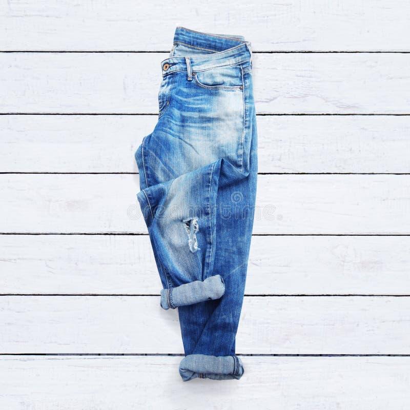 Jeans auf einem weißen hölzernen Hintergrund stockfotos