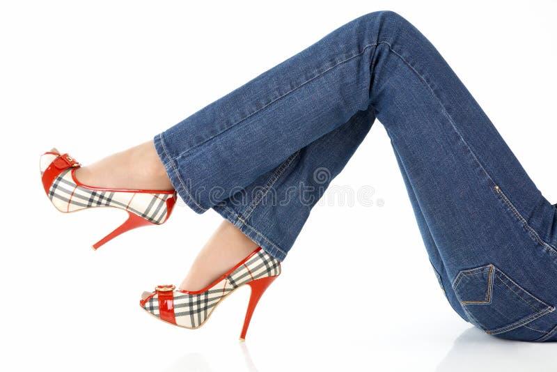 Jeans auf weiblichen Fahrwerkbeinen lizenzfreie stockfotografie
