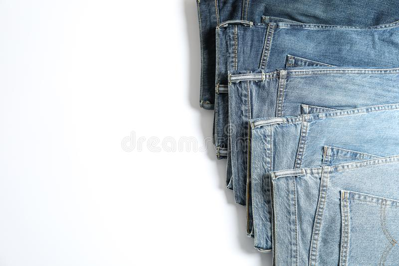 Jeans av olika färger som isoleras på vit bakgrund royaltyfria bilder