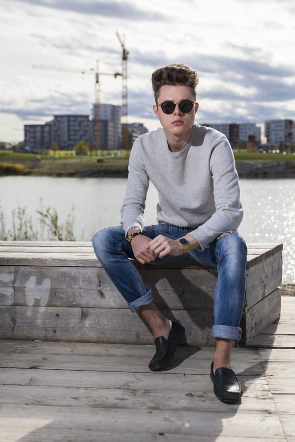 Jeans, chandail et verres de port de jeune homme photos libres de droits