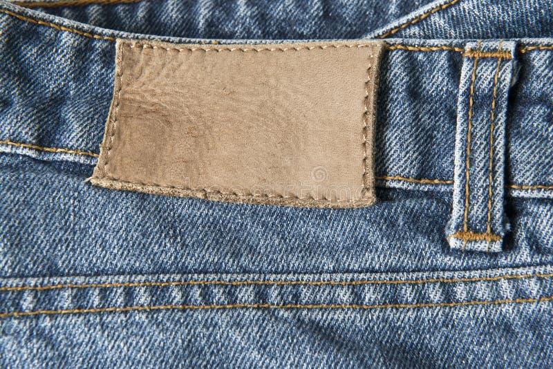 Jeans con il contrassegno di cuoio vuoto immagine stock