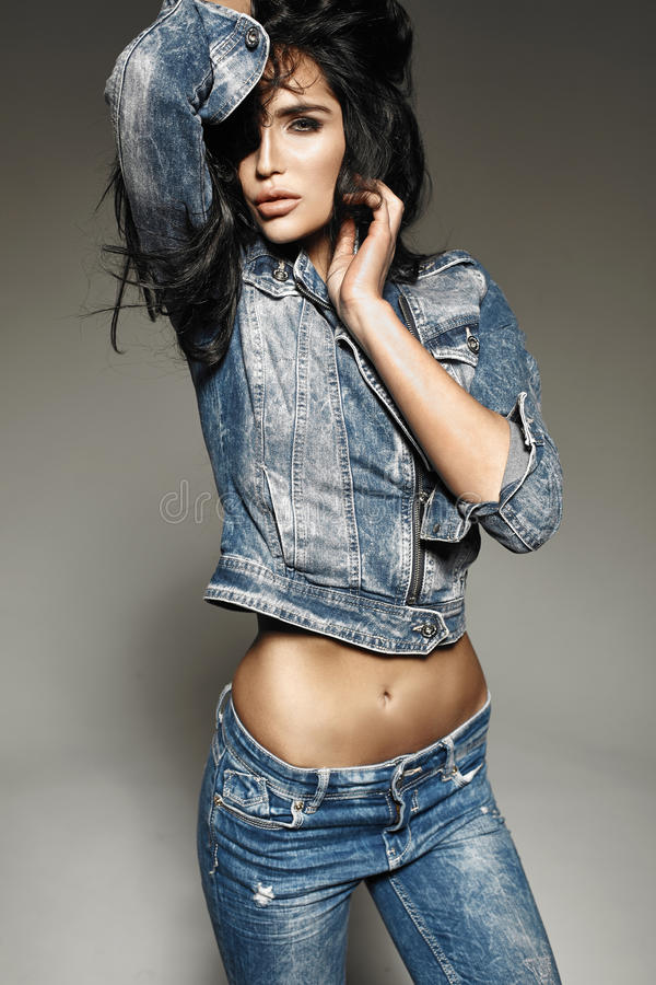 Jeans d'uso alla moda della bella e giovane donna castana immagine stock