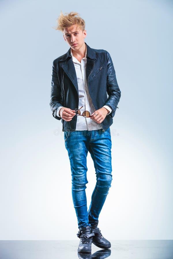 Jeans d'uso e bomber del ragazzo biondo sexy mentre fotografia stock libera da diritti