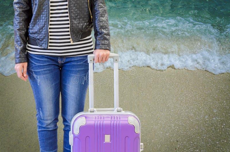 Jeans d'uso turistici della donna e una condizione nera del bomber fotografia stock