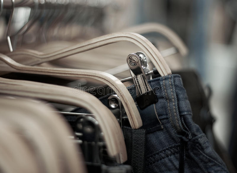 Jeans in de opslagverkoop stock foto's