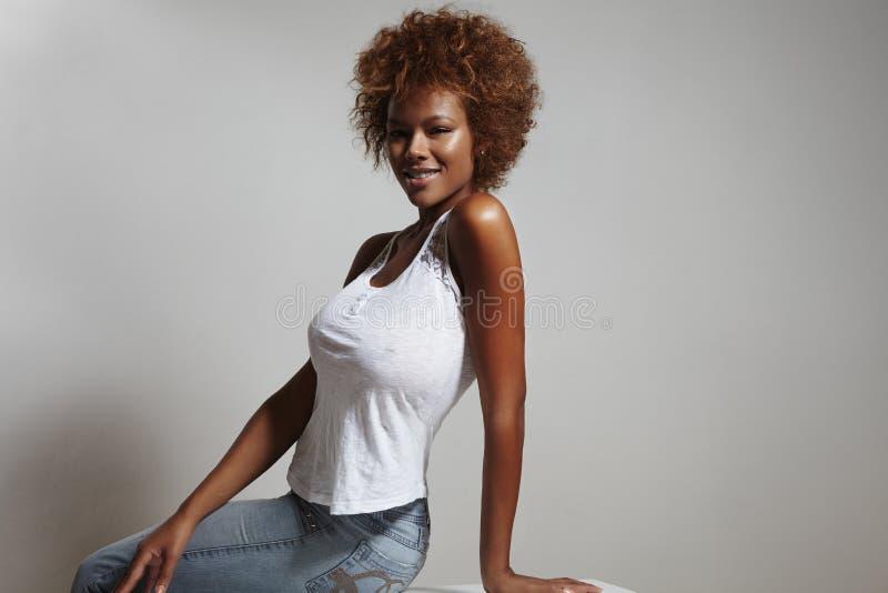 Jeans de port de femme latine de beauté et dessus blanc photos libres de droits