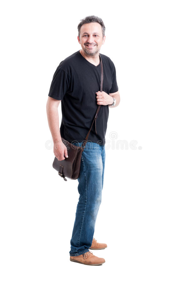Jeans de port modèles de mâle adulte, T-shirt noir et sac image libre de droits