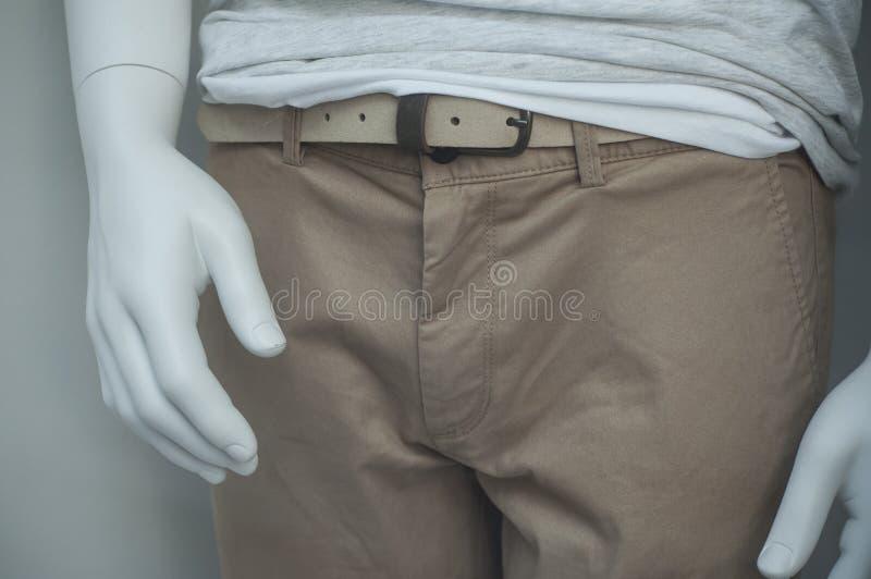 Jeans di Brown sul manichino nel deposito di modo per gli uomini fotografia stock libera da diritti