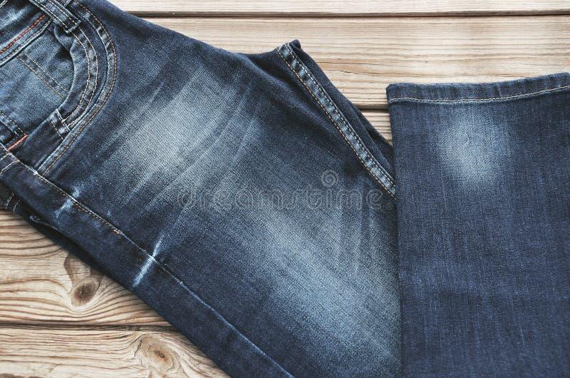Jeans diagonaal op houten achtergrond horizontaal stock foto