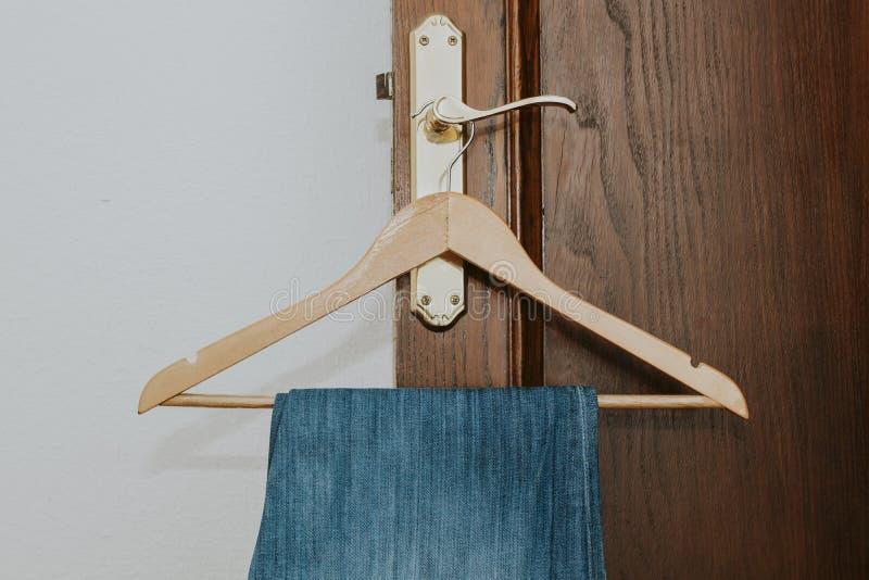 Jeans die van de hanger hangen stock foto's