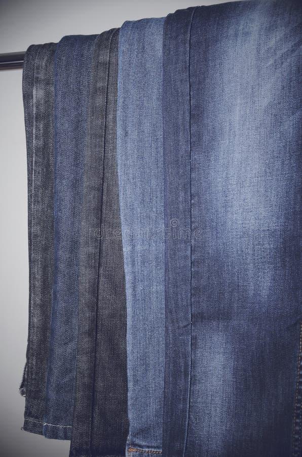Jeans die verticaal op een hanger hangen verticaal royalty-vrije stock foto