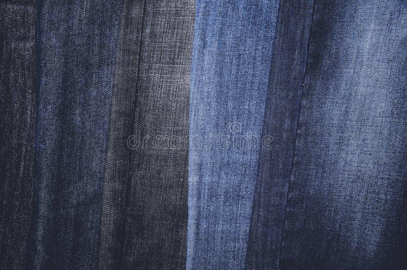 Jeans die verticaal op een hanger hangen Volledig frame horizontaal royalty-vrije stock foto