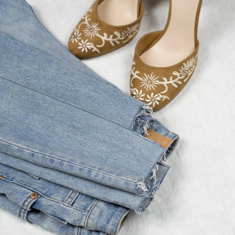 Jeans et chaussures de FBlue avec la broderie flatlay photos libres de droits