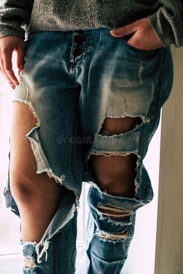 Jeans lacerati sulla ragazza immagine stock libera da diritti