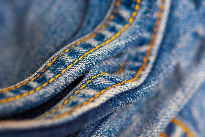 Jeans med den gula sy tr?den arkivbild