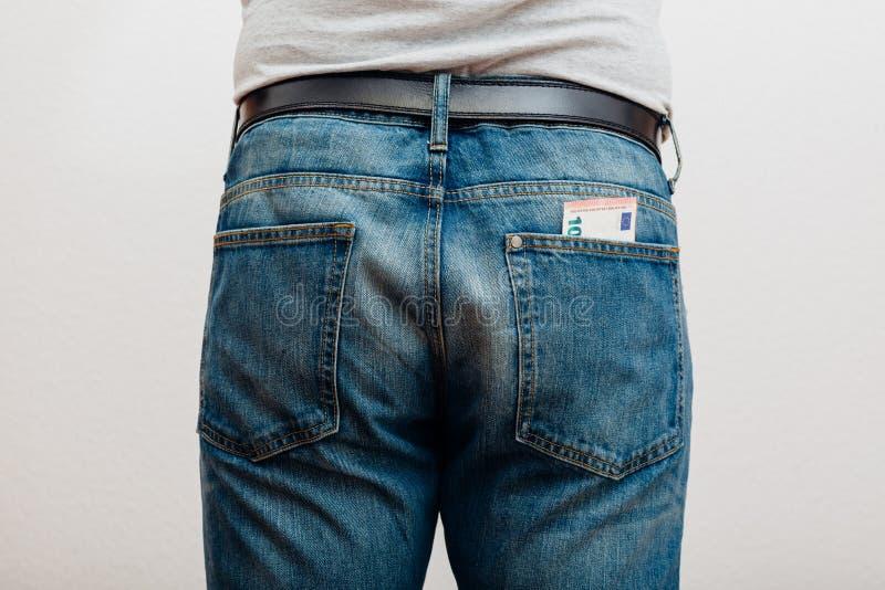 Jeans med pengar i fack arkivbild