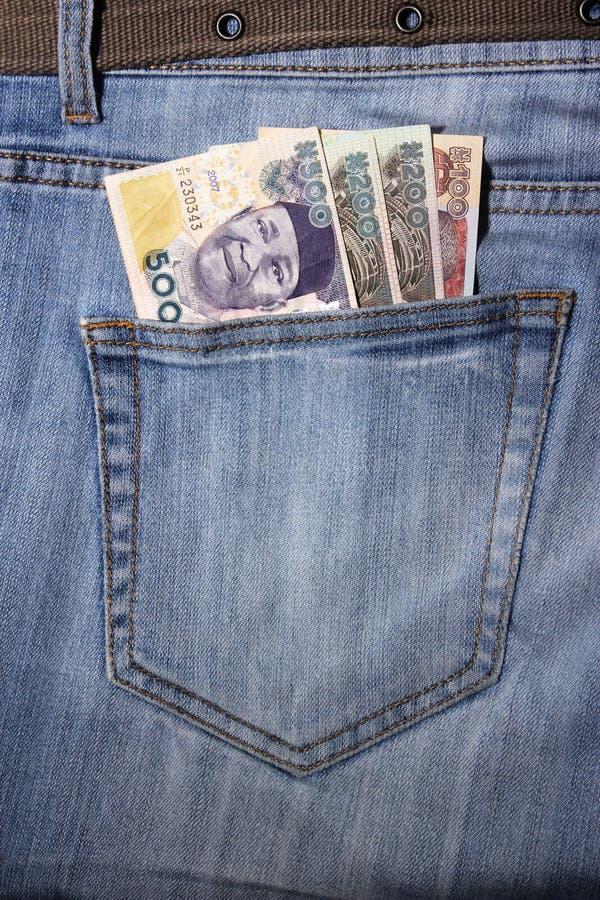 Jeans mit Nairas in einer Tasche stockfotografie