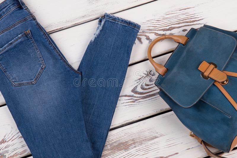 Jeans normali e zaino sveglio fotografia stock