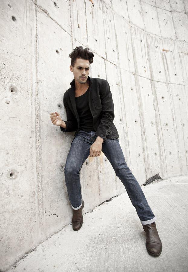 Jeans och kängor för attraktiv man iklädd royaltyfri foto