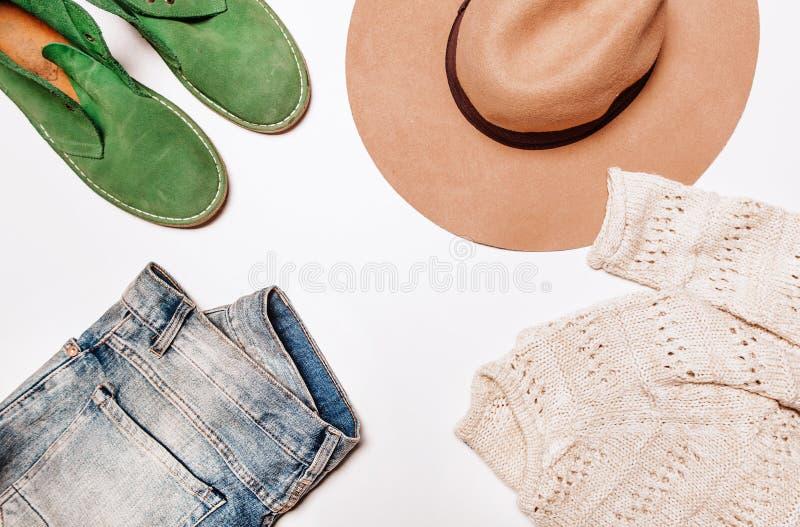 Jeans och tröjavitbakgrund arkivfoton