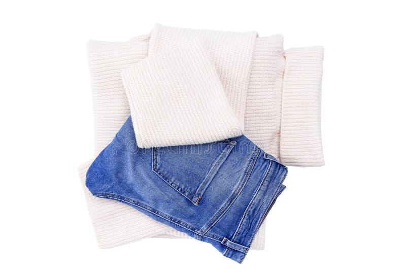 Jeans och varm tröja på en vit bakgrund arkivbilder