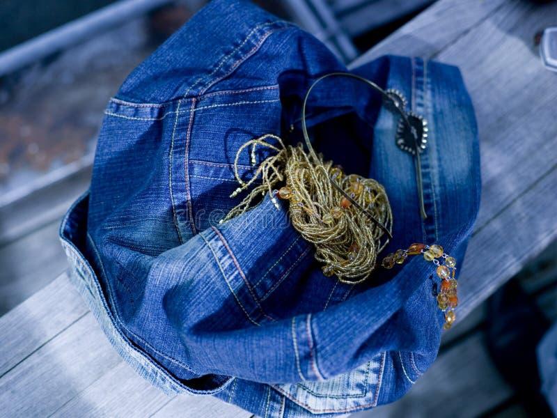 Jeans omslag och halsband, närbild royaltyfria bilder