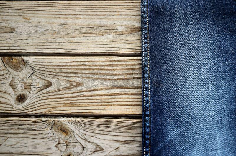 Jeans op een houten achtergrond op het recht horizontaal stock fotografie