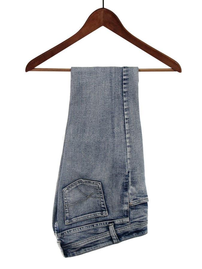 Jeans op een houten hanger stock foto's
