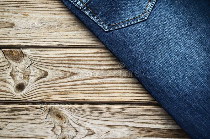 Jeans op houten hoogste hoek als achtergrond horizontaal royalty-vrije stock foto's