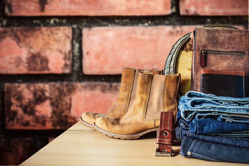 Jeans på en trätabell arkivbild