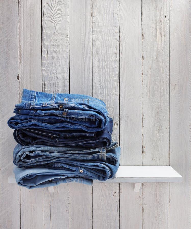 Jeans på trähylla arkivbild