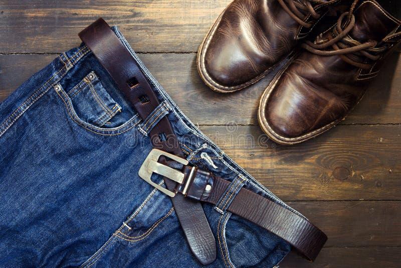 Jeans schnallen um und beschuhten Satz auf Holz stockbild