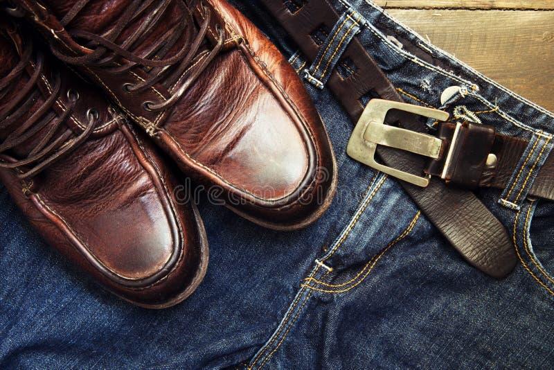 Jeans schnallen und die Schuhe um, die auf Holz eingestellt werden stockfoto