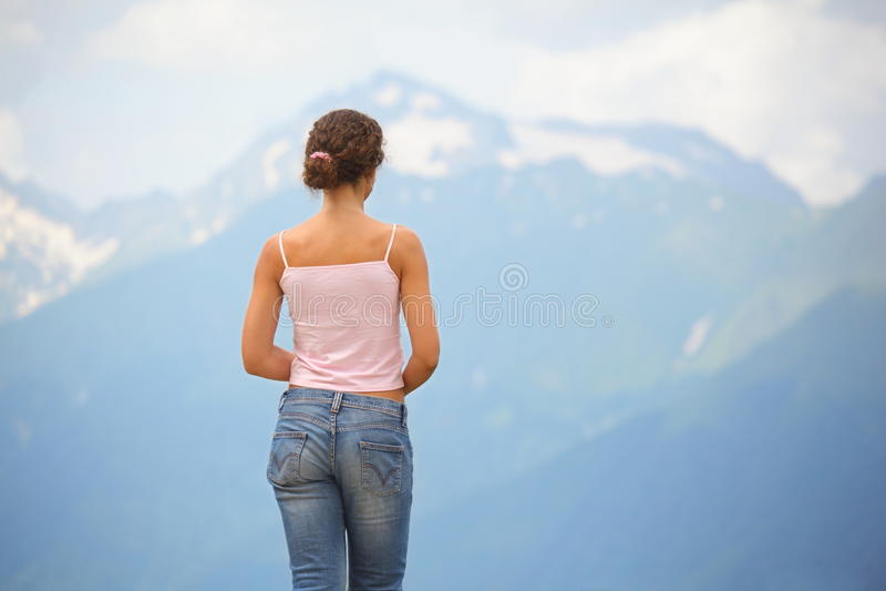 jeans som ser den slitage kvinnan för berg arkivfoton