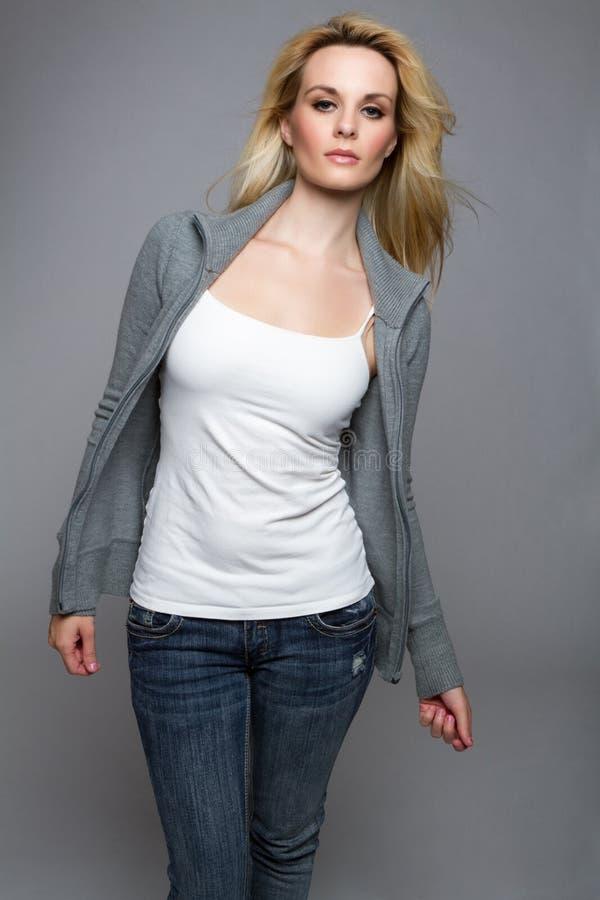 Jeans-Strickjacke-Frau stockfoto