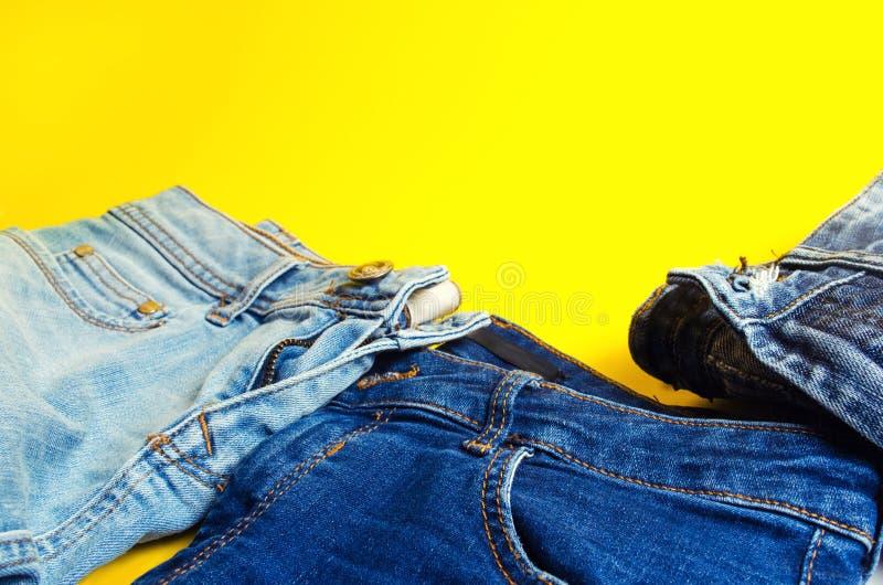 Jeans sur un fond jaune Mode et style Place pour le texte photos libres de droits