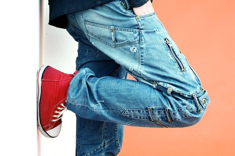 Jeans und Turnschuhe lizenzfreie stockfotos