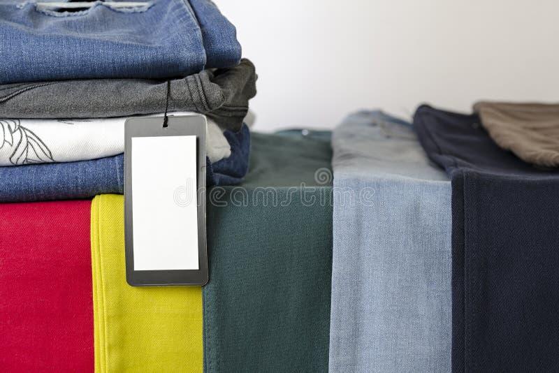 Jeans 9 verschiedene Farben, Jeanshintergrund, der Hintergrund von Kleidung, leerer Aufkleber stockfoto