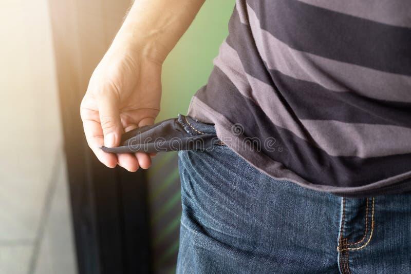 jeans vuoti tasche e mani dell'uomo Broke, concetto di fallimento fotografia stock libera da diritti
