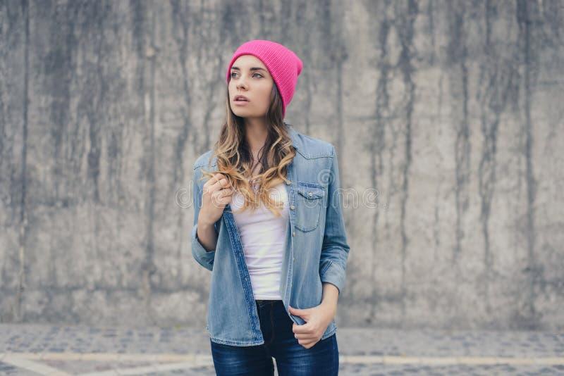 Jeansdenim zufälliges stree Hemd, Altersjugendlichhippie stilvoller Dame der Art modischer vorbildlicher jugendlich, rosa heller, lizenzfreies stockfoto