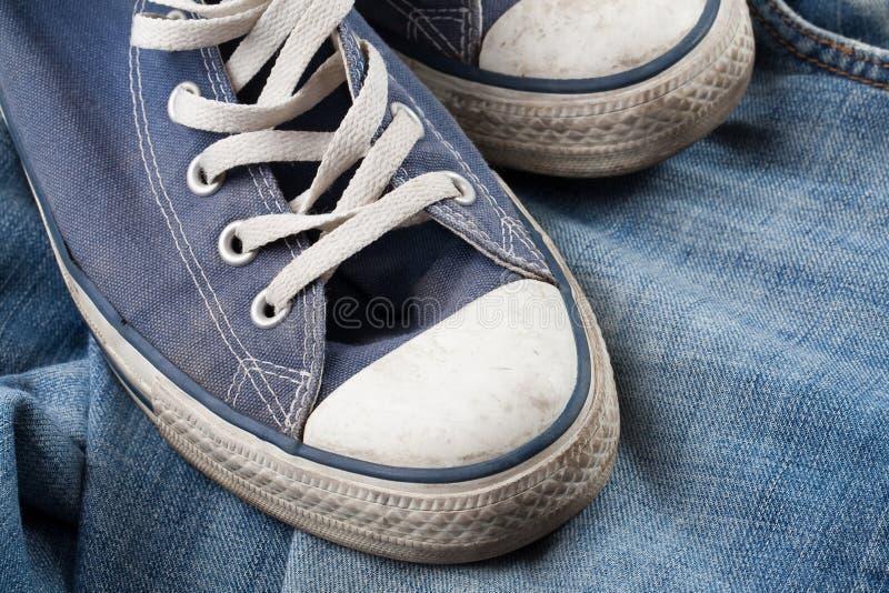 jeansgymnastikskor royaltyfri foto