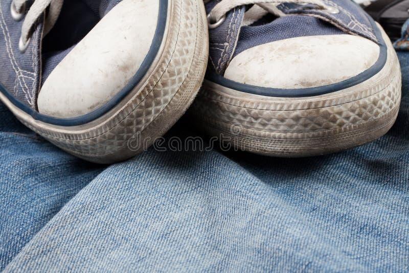 jeansgymnastikskor royaltyfria bilder
