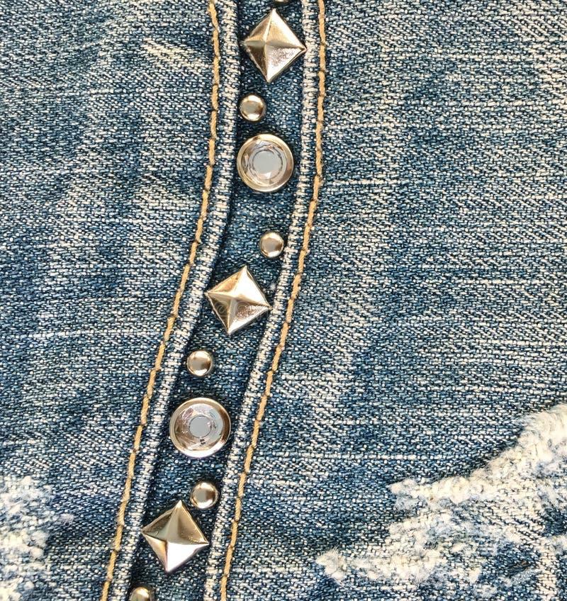 Jeanstyg med det smyckade facket för metallben royaltyfria bilder