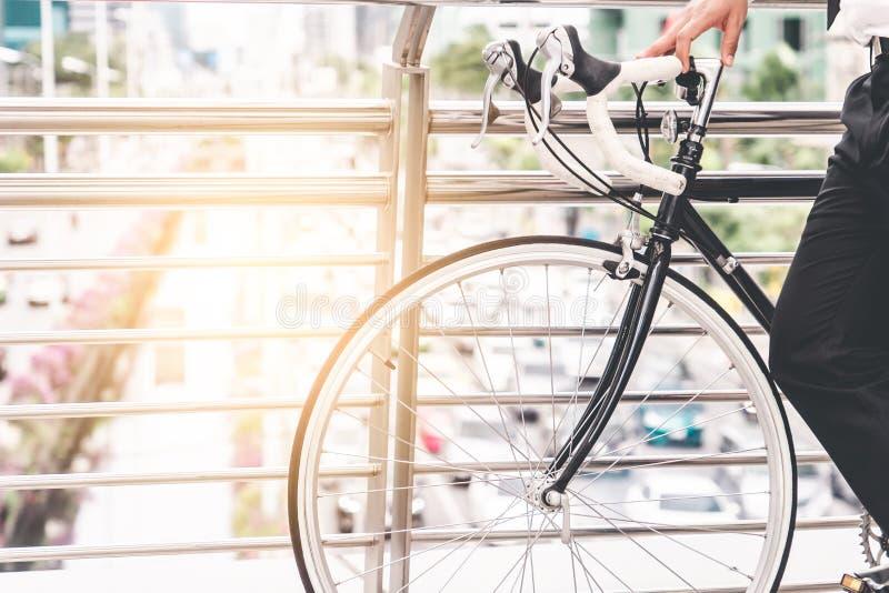 Jechać na rowerze na podwyższonym moście miasto ruchu drogowego dżem fotografia royalty free