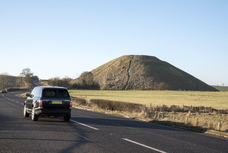 Jechać blisko do Prehistorycznego Silbury wzgórza w Wiltshire UK fotografia stock