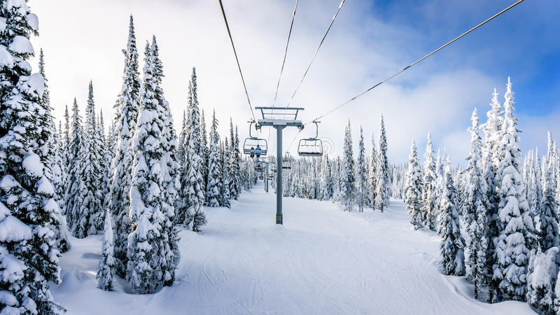 Jechać Chairlift w zima krajobrazie z śniegi Zakrywającymi drzewami na Narciarskich wzgórzach zdjęcia royalty free