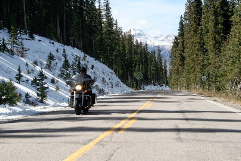 Jechać motocykl w śnieżnym krajobrazie zdjęcie stock