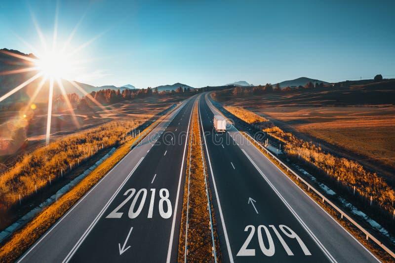 Jechać na otwartej drodze przy pięknym słonecznym dniem od 2018 nowy rok 2019 ae zdjęcia stock